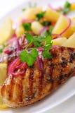 Peito de galinha grelhado com salada de batata foto de stock
