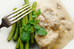Peito de galinha no molho do cogumelo com feijões verdes Imagem de Stock Royalty Free