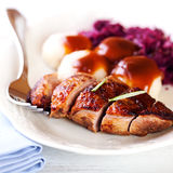 Peito de pato com bolinhos de massa da batata e repolho vermelho Fotografia de Stock Royalty Free