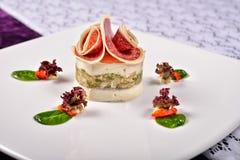 Peito de peru da alfazema do close up com queijo de gorgonzola, alface, vagabundos imagens de stock