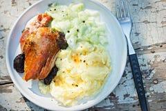 Peito de peru Roasted com batatas e salada trituradas do pepino imagens de stock royalty free