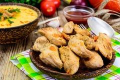 Peito de peru Roasted com ervas, sopa da abóbora e salsa no Th Imagens de Stock