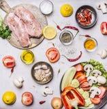 Peito de turquia em uma placa de corte com o limão diferente da pimenta da salada do tomate dos cogumelos dos pepinos das frutas  Fotografia de Stock