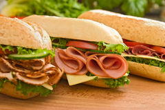 Peito de turquia, presunto & suíço e sanduíches do salami Imagens de Stock
