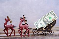 Peitoril do Natal com dinheiro no transporte da rena Fotos de Stock Royalty Free