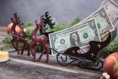 Peitoril do Natal com dinheiro no transporte da rena Imagens de Stock