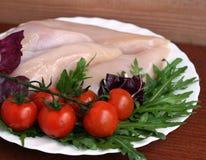 Peitos de frango crus com ruccola e tomates fotos de stock