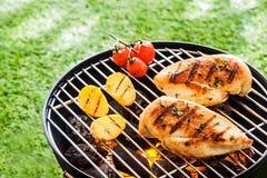 Peitos de frango saudáveis magros em um BBQ Fotos de Stock