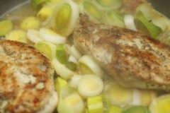 Peitos e alho-porros de galinha Fotos de Stock Royalty Free