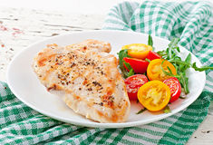 Peitos e vegetais grelhados de galinha Fotografia de Stock