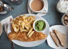 Peixe com batatas fritas britânico autêntico Fotografia de Stock Royalty Free