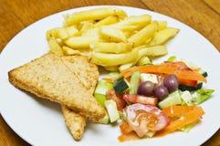 Peixe com batatas fritas esmigalhado fotos de stock royalty free