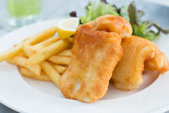 Peixe com batatas fritas friável Imagens de Stock Royalty Free