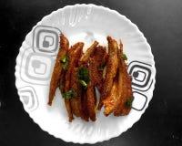 Peixe frito de Fried Anchovy na bacia cerâmica fotos de stock