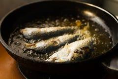 Peixe frito em uma bandeja do óleo quente Imagem de Stock Royalty Free