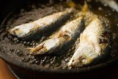 Peixe frito em uma bandeja do óleo quente Fotografia de Stock Royalty Free