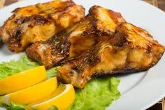 Peixe-gato fritado peixes gordos deliciosos em uma placa Imagens de Stock Royalty Free