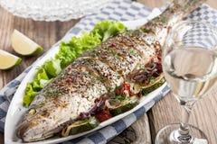 Peixes cozidos com vegetais Fotografia de Stock Royalty Free