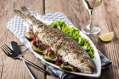 Peixes cozidos com vegetais Fotos de Stock