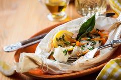 Peixes cozidos no papel de pergaminho fotografia de stock royalty free