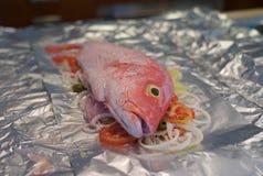 Peixes crus com os vegetais em Tin Foil imagem de stock