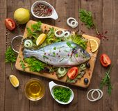 Peixes crus prontos para cozinhar Imagens de Stock Royalty Free