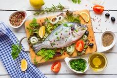 Peixes crus prontos para cozinhar Imagens de Stock