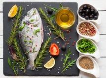 Peixes crus prontos para cozinhar Imagem de Stock Royalty Free