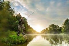 Peixes da caça do pescador do esporte Pesca exterior no rio fotografia de stock