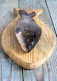 Peixes da carpa em uma placa de madeira Foto de Stock Royalty Free