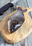 Peixes da carpa em uma placa de madeira Imagens de Stock