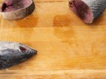 peixes da cavala no fundo de madeira fotos de stock royalty free