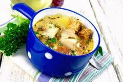 Peixes da sopa com vegetais e creme na placa clara Fotos de Stock