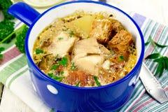 Peixes da sopa com vegetais e ervas na placa clara Imagens de Stock