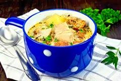Peixes da sopa com vegetais e ervas no guardanapo Fotografia de Stock Royalty Free