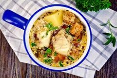 Peixes da sopa com vegetais e pão torrado a bordo da parte superior Fotos de Stock Royalty Free