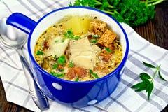 Peixes da sopa com vegetais e pão torrado na placa escura Imagem de Stock