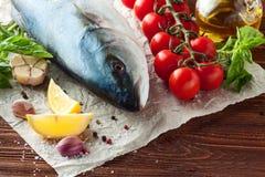 Peixes de atum com ervas e vegetais imagem de stock royalty free