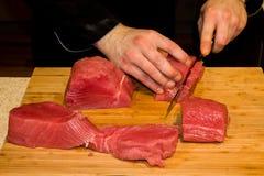 Peixes de atum cortados para o tártaro Fotos de Stock