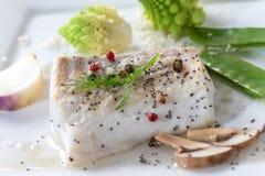 Peixes de bacalhau atlântico cozinhados com especiarias e vegetal fotografia de stock