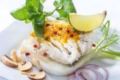 Peixes de bacalhau atlântico cozinhados com especiarias e vegetal foto de stock royalty free
