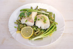 Peixes de bacalhau cozinhados com feijões verdes foto de stock royalty free