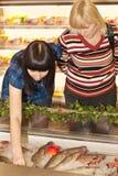Peixes de compra Imagens de Stock