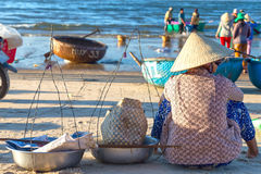 Peixes de espera da mulher para comprar a aldeia piscatória litoral imagem de stock royalty free
