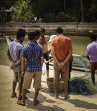 Peixes de Sells His Fresh do pescador fotos de stock royalty free