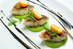 Peixes deliciosos servidos no prato branco foto de stock royalty free