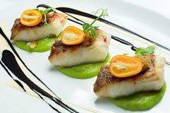 Peixes deliciosos servidos no prato branco imagem de stock
