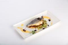 Peixes do oceano com zuchinis grelhados Fotos de Stock Royalty Free