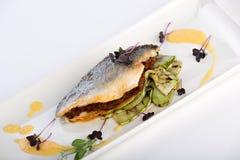 Peixes do oceano com zuchinis grelhados Imagens de Stock Royalty Free