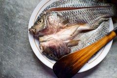 Peixes do Tilapia no prato Fotos de Stock